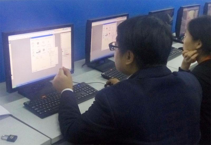 师通过电脑介绍ps软件的版面-我院PS培训班顺利开班